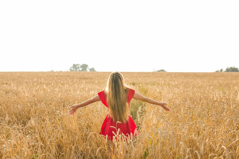 草原赤いワンピの女性