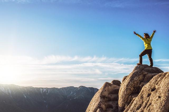 登頂する女性
