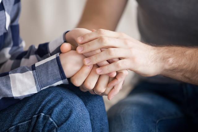 手を握る夫婦