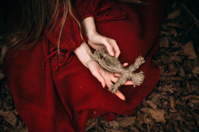 藁人形をもった女性