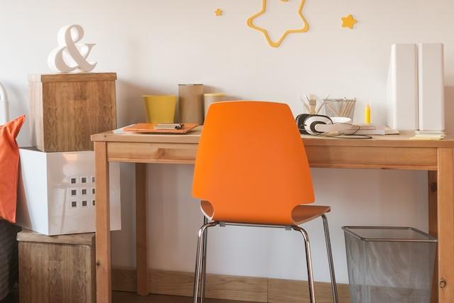 オレンジ色の椅子