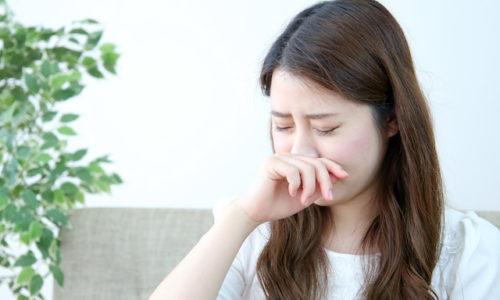 鼻がかゆい女性
