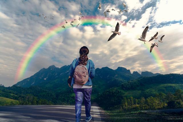 虹を見る女性