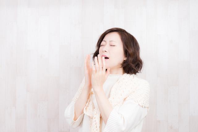 くしゃみをする女性