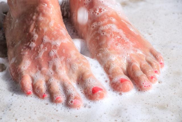 足の裏を洗う