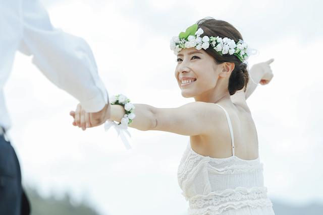 新郎の手を引く花嫁