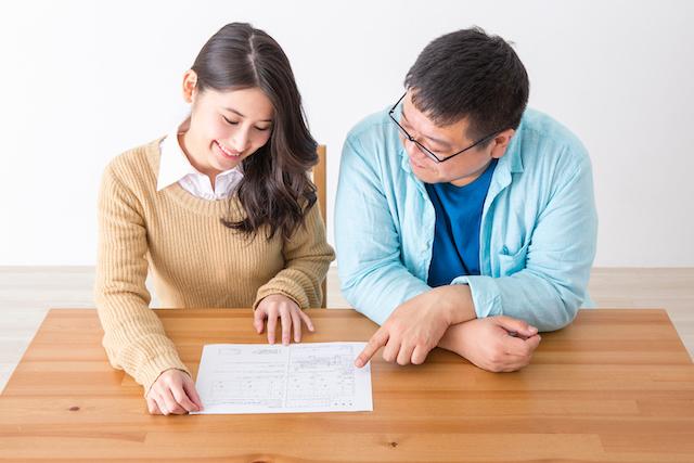 婚姻届を書く男女