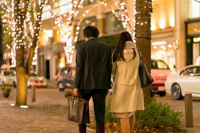 夜道を歩くカップル
