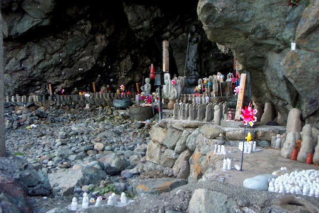 地蔵が並ぶ洞窟