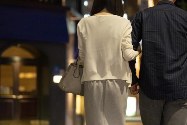 夜の街を歩くカップル