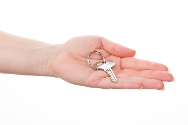 鍵を持つ手