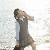 笑顔で電話する女子高生