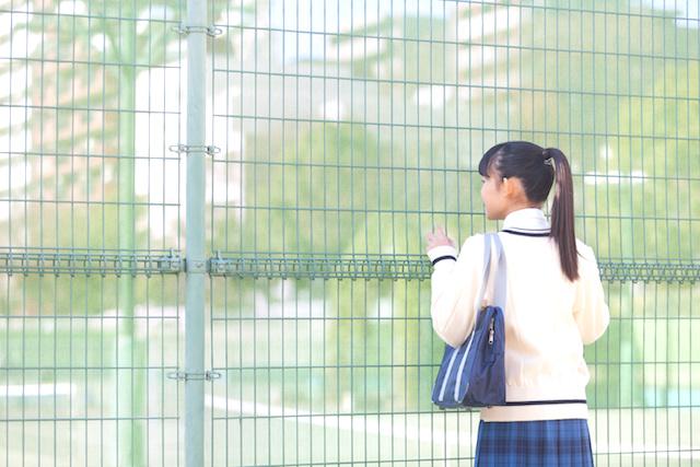 見つめる女子校生