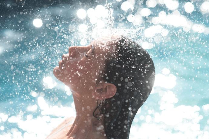 水を浴びる女性